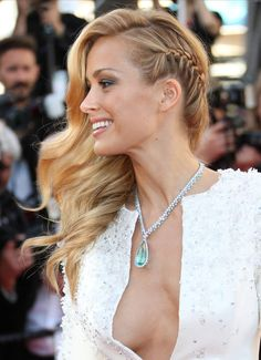 Cannes 2015 : les stars les plus sexy du Festival There were people on the balcony: Petra Nemcova Side Swept Hairstyles, Down Hairstyles, Braided Hairstyles, Wedding Hairstyles, Party Hairstyles, Wedding Hair And Makeup, Bridal Hair, Bridesmade Hair, Hair To One Side