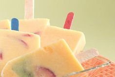 Prepare this delicious recipe and always shine with LA LECHERA . Prepare this delicious recipe and always shine with LA LECHERA. Frozen Desserts, Frozen Treats, Fun Desserts, Gourmet Recipes, Snack Recipes, Dessert Recipes, Snacks, Fruit Ice Cream, Ice Cream Pops