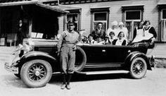FAKf-100280.172190 Hotellbilen ved Union Hotell , Øye. På trappa står hotellverten Karl Dahl. Den eine av kokkene som sit i bilen er til høgre Ragna Gjerde. (Registrert av Kjell Otto Habostad.) Bil, veteranbil, hotell, sjåfør, kokker, gruppeU11, Ørsta, Øye | 1930 - 1940