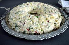 ΥΛΙΚΑ 800 γρ. (3 κούπες) βρασμένες πατάτες, τεμαχισμένες σε κυβάκια 6 λωρίδες μπέικον 4 μικρά αγγουράκια πίκλες, τουρσί ½ κόκκινη πιπεριά ½ πράσινη πιπεριά 3 – 4 κλοναράκια μαϊντανό, ψιλοκομμένο 3 φρέσκα κρεμμυδάκια, ψιλοκομμένα 25 γρ. κεφαλογραβιέρα, τριμμένη αλάτι πιπέρι Για τη σως: 200 γρ. κρέμα τυρί 3 κ. σ. γεμάτες μαγιονέζα 1 κ. γ. γεμάτη μουστάρδα 4 κ. σ. ελαιόλαδο 3 κ. σ. ξύδι 4 κ. σ. χυμό λεμονιού Greek Recipes, My Recipes, Salad Recipes, Snack Recipes, Cooking Recipes, Dinner Recipes, Snacks, Xmas Food, Christmas Cooking