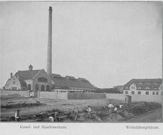 Schwarz-Weiß-Foto: mehrere Häuser mit einem hohen Schornstein