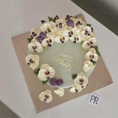 Orchids . . . . . #orchids #orchid #orked #bunga #buttercream #buttercreamcake #buttercreamflowercake #flower #flowercake #cake #cakemalaysia #kek #kekmalaysia #cakedecorating #buttercreamflowers #buttercreamflowersmy #pretty #sayajual #sayajualkek #sayajualkeksedap #wilton #colors