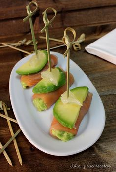 Avocado skewer with prawns and pineapple - Clean Eating Snacks Tapas Dinner, Tapas Menu, Tapas Party, Tapas Recipes, Seafood Recipes, Tapas Ideas, Party Recipes, Cooking Recipes, Vegetarian Tapas