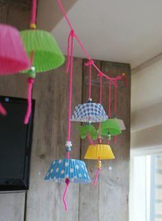 DIY cupcake garland, linda y original idea, no crees? Cupcake Garland, Cupcake Liner Crafts, Cupcake Party, Cupcake Papiertjes, Cupcake Cases, Cupcake Liners, Cupcake Wrapper, Diy And Crafts, Arts And Crafts