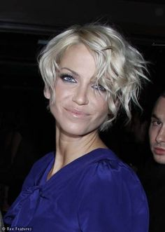 Sarah Harding convincing me to ditch the GHDs and go for a loose wave. Short Hair Cuts For Women, Short Hairstyles For Women, Celebrity Hairstyles, Pretty Hairstyles, Sarah Harding Hair, Short Curly Hair, Curly Hair Styles, I Heart Hair, Neutral Blonde