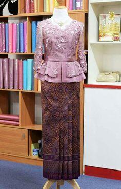 Kebaya dan sarung Kebaya Lace, Kebaya Hijab, Batik Kebaya, Kebaya Dress, Myanmar Traditional Dress, Thai Traditional Dress, Traditional Outfits, Batik Fashion, Hijab Fashion