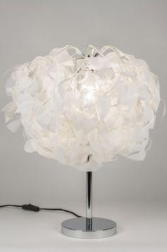 artikel 11011 Deze tafellamp heeft een kap van witte, hangende bladeren. Deze bladeren zijn gemaakt van stof. Verder bestaat het armatuur uit chroom. U kunt de bladeren enigszins naar wens vormen. De bladeren worden vanuit de binnenzijde van het armatuur verlicht waardoor er een sprookjesachtig lichteffect ontstaat. http://www.rietveldlicht.nl/artikel/tafellamp-11011-modern-landelijk-rustiek-wit-stof-rond