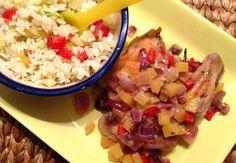 Geweldig recept voor kip uit de oven met mango, rode ui en rode peper. Geserveerd met een kruidige rijstsalade met tomaat, avocado en venkel.