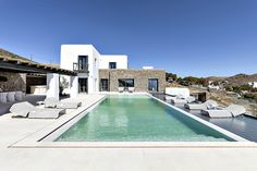 Salacia is a stunning, freshly inaugurated private property perched in a privileged position overlooking the bays of Agia Anna and Kalafatis on the southeastern side of the island.
