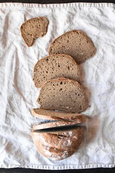 Einfaches glutenfreies Brot ohne Hefe oder Sauerteig (vegan) juicy gluten-free bread without yeast and sourdough! A simple healthy and gluten-free bread recipe without baking powder, yeast and s Paleo Bread, Paleo Baking, Bread Recipes, Healthy Cookie Recipes, Healthy Cookies, Healthy Eating Tips, Healthy Drinks, Ginger Ale Drinks, Bread Without Yeast