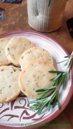 Sablé Kekse mit Pinienkernen, Rosmarin & schwarzem Pfeffer