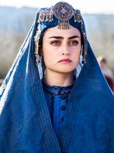 Engin Altan Düzyatan and Esra Bilgic in Dirilis: Ertugrul Turkish Beauty, Turkish Fashion, Ethnic Fashion, Traditional Fashion, Traditional Dresses, 3d Foto, Esra Bilgic, Turkish Actors, Girl Face