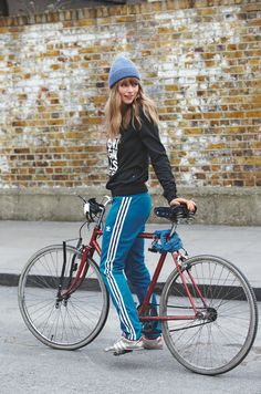 Track pants + woolen cap = casual bicycling comfort and style. Cycle Chic, Sport Fashion, Fitness Fashion, Girl Fashion, Womens Fashion, Bicycle Women, Bicycle Girl, Sport Style, Estilo Fashion