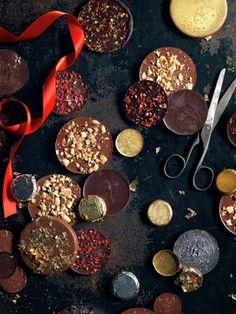 Новогодний шоколад  Джейми предлагает приготовить новогодний шоколад в виде монеток - и самому съесть - вкусно! И подарить - отлично!  Использовать можно любой шоколад, выбрав по вкусу: главное - это хорошее качество! И подберите подходящие формы для своих шоколадных монеток, можно разного размера!  Очень простой рецепт, но такой нарядный, вкусный! И если готовить вместе с детьми, то им это, определенно, понравится!