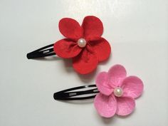 Add a cute flower to your hair snap for a cute look.You can make this lovely flowerusing felt. The instructions are easy. Try making the flower in different color to match with different outfits.    Materials   felt beads hair snaps scissors thread and needle glue