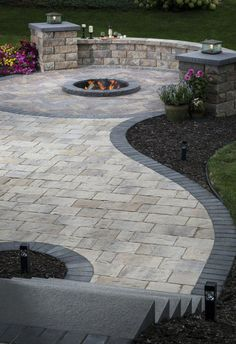 Patio Paver Patterns & Design: Trends in Paver Laying Patterns - Backyard Patio Pavé, Backyard Patio Designs, Backyard Landscaping, Landscaping Ideas, Patio With Pavers, Patio Stone, Outdoor Pavers, Fire Pit With Pavers, Retaining Wall Patio