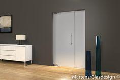 M102M - Enkele deur op vloerveer met zijpaneel voor een stijlvolle oplossing voor uw woning of kantoor waarbij geen deurkozijn toegepast hoeft te worden. De deur heeft een zelfsluitende werking en kan naar beide zijden geopend worden. Omdat veiligheid en stabiliteit zeer belangrijk zijn is deze deur gemaakt van 10 mm gehard glas. Het deurbeslag dat wij gebruiken is van de hoogste kwaliteit en voldoen aan de vereiste kwaliteitsnormen.