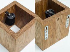 Holz-Wandleuchte mit einfachem Funktionsdesign. Dieser Würfel hat zwei Möglichkeiten: Schalter ist beiseite oder mit Draht. Wir verwenden nur Recycling Holz, keine Bäume wurden während der...