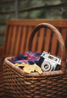 Plaid, picnic basket, vintage camera ~ ah fall! Fall Picnic, Picnic Time, Summer Picnic, Autumn Cozy, Autumn Fall, Company Picnic, Best Seasons, Vintage Cameras, Back To Nature