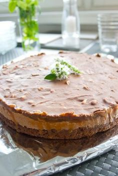 Snickers-kakku vie kielen mennessään! Vegan Desserts, Delicious Desserts, Yummy Food, Sweet Recipes, Cake Recipes, Sweet Bakery, Piece Of Cakes, Sweet And Salty, Desert Recipes