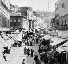 """Mahmutpaşa Yokuşu - II. Abdülhamid'in 35 bin kareyi bulan fotoğrafları üç kitap halindeyayımlandı. Fotoğrafların derlendiği """"Yıldız Albümleri"""" arşivi,döneme tanıklık etmesi bakımından hazine niteliğinde...  Fotoğraf merakıyla bilinen Sultan II. Abdülhamid dünyanın hemen her yerinden, İstanbul-un her köşesinden fotoğraflar çektirerek bunları arşivletti.  İşte II. Abdülhamid dönemindeki sosyal hayattan ve törenlerden fotoğraflar;    Mahmutpaşa Yokuşu ve Eminönü-nden bir kare."""
