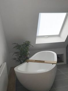 Minimalistisches Bad Dachschräge Graue Bodenfliesen Badewanne ... Bad Dachschrage Modern