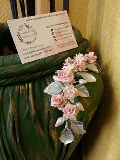 Peineta de porcelana para novia con rosas y hojas matizadas en colores blanco, rosa y plata