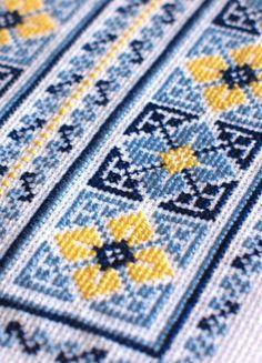 Cross Stitch Pillow, Cross Stitch Art, Cross Stitch Borders, Cross Stitch Flowers, Cross Stitch Designs, Cross Stitching, Cross Stitch Embroidery, Cross Stitch Patterns, Hand Embroidery Design Patterns