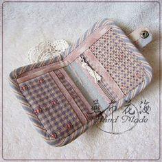 {燕布}原创贴布图案燕小呆之——短款两折钱包 Bag Pattern Free, Wallet Pattern, Patchwork Bags, Quilted Bag, Handmade Wallets, Handmade Bags, Fabric Wallet, Purse Tutorial, Hand Applique