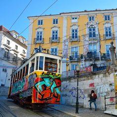Ascensor da Glória  Lisboa. #ascensordagloria #elevadordagloria #funicular #tram #graff #graffiti #graffitiart #instagraff #instagraffiti #spraypaint #sprayart #cityshots #citylife #streetphotography #bairroalto #lisboa #lisbon #lisbonne #lissabon #lisbona #Лиссабон #里斯本 #リスボン #instalisboa #instalisbon #visitlisboa #visitlisbon #visitportugal #portugal #walkinginlisbon