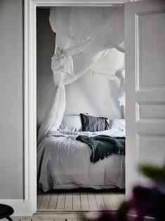 En lägenhet med mycket inredningsinspiration och framför allt med ett makalöst fint sovrum finns till salu genom Entrance Mäkleri på Ålandsgatan 6. En väldigt fin tvåa med ljusa brädgolv, stuckaturer…