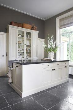 Landelijke keukens waarvan ik alleen de keukenkastjes in het wit zou gebruiken. En de klassieke kraan staat prachtig op het kookeiland! Kleur van de muur!