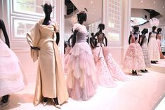 Christian Dior Exhibit at the Victoria & Albert Museum: Best Photos – Footwear News 1940s Dresses, Vintage Dresses, Vintage Outfits, Vintage Fashion, 1950s Fashion, Vintage Clothing, Christian Dior Designer, Christian Dior Vintage, Givenchy