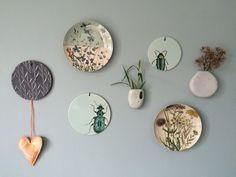Bloomingville bordjes aan de muur (muurverf Flexa Early Dew)
