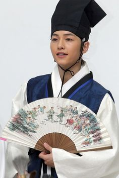 Song Joong Ki in Sungkyunkwan Scandal. It's really not the right time period for Hinengaro and Eun-Ji but surely the uniform didn't change that much? Song Joong, Song Hye Kyo, Asian Actors, Korean Actors, Descendants, W Kdrama, Soon Joong Ki, Decendants Of The Sun, Kim Myungsoo