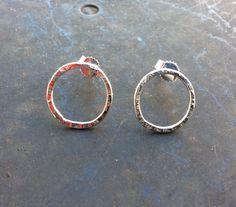 Geschmiedet Kreis Ohrringe aus Sterling Silber von Designvonmerrill auf Etsy