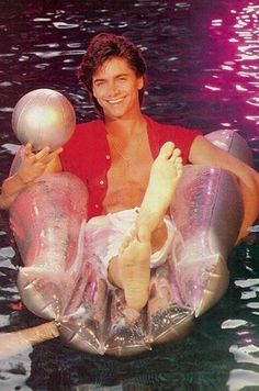 John Stamos Critiques 20 Vintage Photos Of Himself John Stamos, Full House Cast, Aunt Becky, Uncle Jesse, Opening Credits, Hottest Male Celebrities, Mtv Movie Awards, The Beach Boys, Feathered Hairstyles