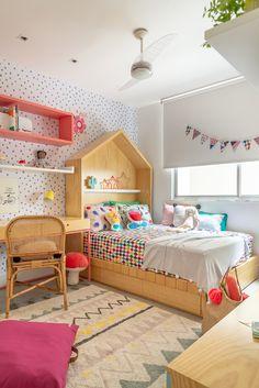 O quarto da Manu é colorido e cheio de vida! A arquiteta Hana Lerner escolheu as estampas da @amomooui para deixar esse quartinho ainda mais especial! Compre todos os itens em www.mooui.com.br #quartojovem #maedemenina #maedemenino #camadecasal