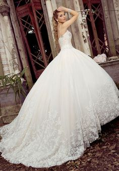 Sweetheart lace ball gown floral details | Stephen Yearick | http://trib.al/yZIMqQ4