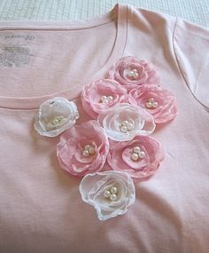 Sew T-Shirt - This is a guide about making a flower shirt. If you want to dress up a plain shirt or update an older one, try adding some handmade fabric flowers. Fabric Flower Tutorial, Fabric Flowers, Bow Tutorial, Silk Ribbon Embroidery, Hand Embroidery Designs, Sewing Clothes, Diy Clothes, Fabric Embellishment, Make Your Own Clothes