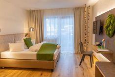 Waldzimmer im Hotel Lärchenhof am Katschberg in Österreich. Urlaub mitten in der Natur auch im Zimmer. Im Lärchenhof können Sie sich im Urlaub rundum wohlfühlen und die Natur auch im Zimmer genießen. Hier erfahren Sie mehr zu den Zimmern. Curtains, Home Decor, Double Room, Summer Vacations, Nature, Homes, Blinds, Decoration Home, Room Decor