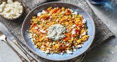 Einfach lecker und raffiniert: Bunte Couscous-Gemüse-Pfanne. Mit Hirtenkäse, Frühlingszwiebel-Joghurt und Paprika kannst Du schon bald genießen!