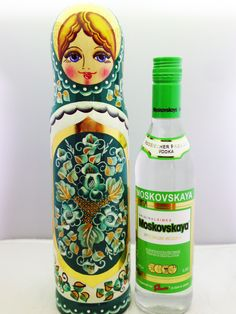 www.matrioskas.es Wooden Figurines, Wooden Dolls, Distilled Beverage, Russian Vodka, Doll Painting, Matryoshka Doll, Asian Doll, Decorating With Pictures, Wooden Hand
