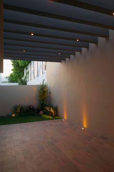 Patio : Paredes y suelos modernos de fc3arquitectura