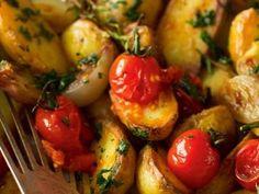 Recept: Brambory s pečenou cibulí a cherry rajčátky Baked Potato, Potato Salad, Cherry, Potatoes, Baking, Ethnic Recipes, Food, Potato, Bakken