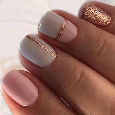 Decorazioni unghie estive corte con tonalità neutre, smalto rosa e decorazioni glitter rame