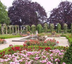 Rosen vor dem Schloss Rosenstein in Rosensteinpark, Stuttgart-Nord, Stuttgart, Deutschland. (Roses in front of the Rosenstein Castle in (lit.) Roses Stone Park, Stuttgart-North, Stuttgart, Germany.) Gorgeous! It's the largest English garden in southwest Germany.