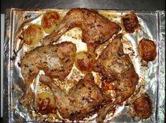 Receita de coxa de frango com batatas - coxas de frango com, cebola em rodelas, limao, alecrin, oregano, salsinha, cebolinha, suco de limao, oleo de soja, vinagre de vinho, o vinho...