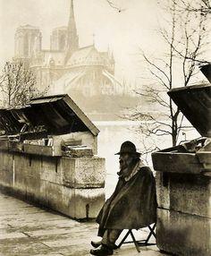 « Un Bouquiniste et Notre Dame », Paris, 1931.Photographie de Yvon (pseudo de Jean Pierre Yves Petit) (Bordeaux 1886 - 1969)
