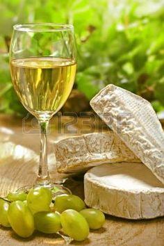 https://us.123rf.com/450wm/derkien/derkien1302/derkien130200019/17720761-vin-blanc-brie-camembert-et-le-raisin-sur-la-surface-du-bois-en-plein-air.jpg?ver=6